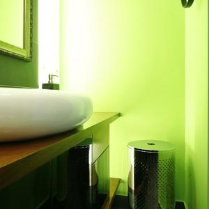 Podświetlony panel szklany odpowiada wysokości ścianki działowej, nieco przesunięty korpus szafki sprawia, że światło nie znika za meblem, ale sięga aż do podłogi. Fot. Bartosz Jarosz.