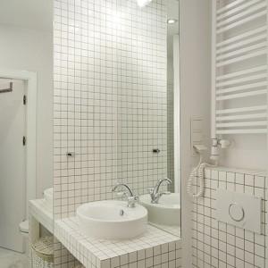 Projektantka umiejętnie stosuje lustrzane tafle w małej łazience. Ten zabieg świetnie tworzy iluzję powiększonej przestrzeni. Fot. Bartosz Jarosz.