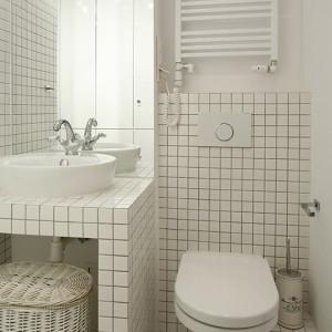 Biała mozaika przełamana szarą fugą to pomysł zaczerpnięty z lat 20. i jeden z elementów wykończenia tego wnętrza, które wskazują na jego historyczną przeszłość. Fot. Bartosz Jarosz.