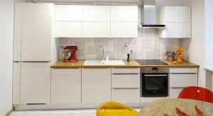 Komfortowa przestrzeń oraz minimalistyczna aranżacja, której głównym składnikiem jest biel, stała się idealną bazą dla czerwonych i pomarańczowych akcentów. Dodają one energii, ciepła i przypominają o wakacjach, z których właścicielka pr