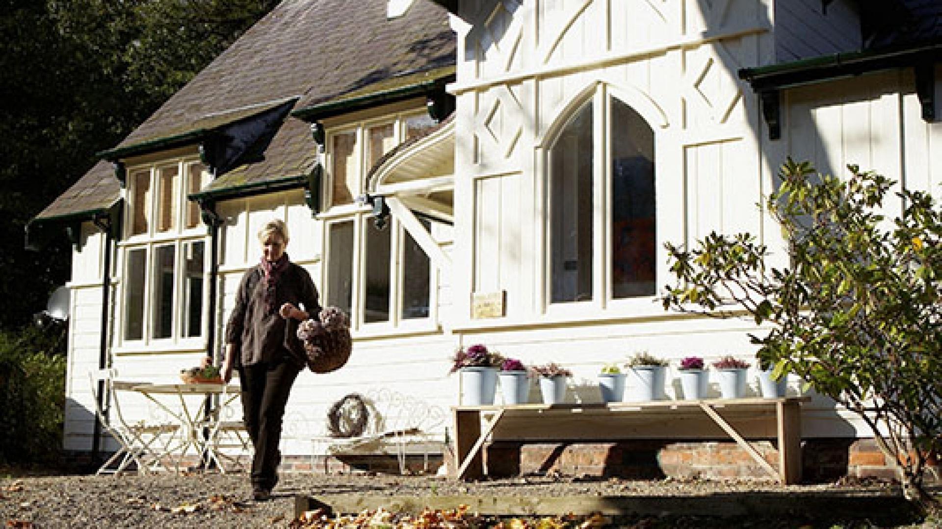 Dom Lizzie i Grahama to dawna szkoła w stylu edwardiańskim, położona w lasach parku narodowego North York Moors, niedaleko angielskiego Whitby. Fot. Brent Darby/Narratives.