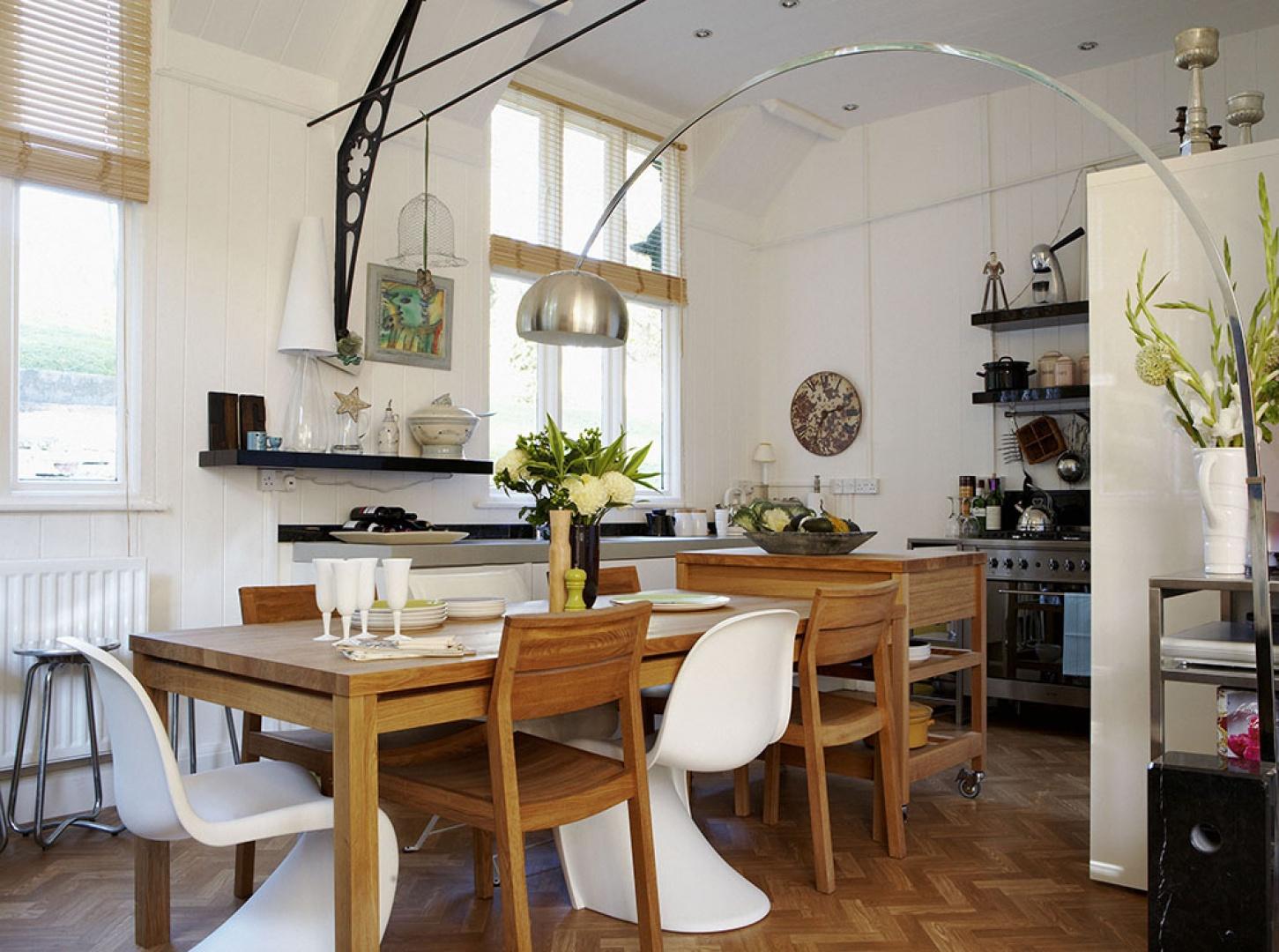 Jadalnia urządzona została w prostym naturalnym stylu. Uwagę zwracają ponadczasowe krzesła proj. Vernera Pantona i słusznych rozmiarów podłogowa lampa. Fot. Brent Darby/Narratives.