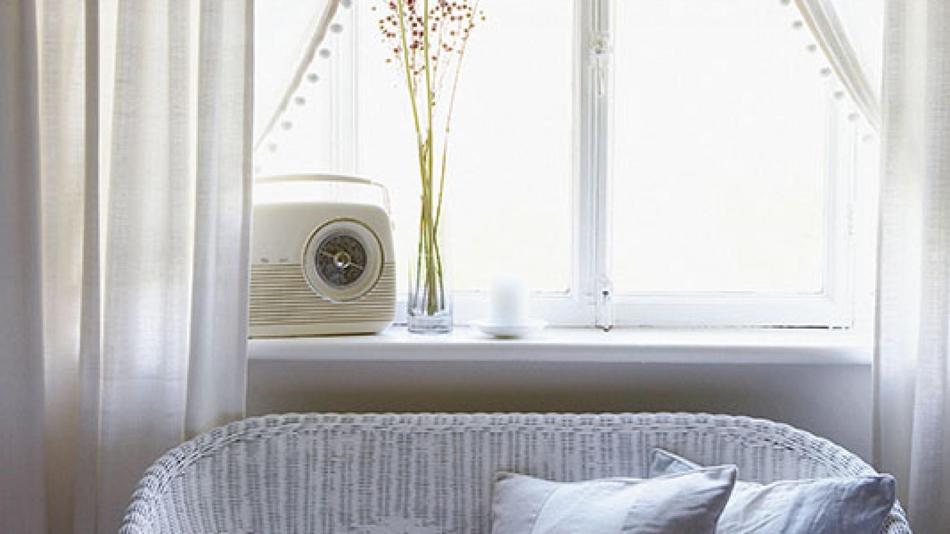 Sofa w stylu lloyd Loom została zakupiona przez Lizzie w jednym z lokalnych sklepów. Tworzy jedyną w swoim rodzaju całość z prostymi lnianymi zasłonami z IKEA i lnianymi poduszkami z Volga Linen. Fot. Brent Darby/Narratives.