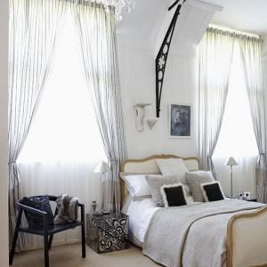 Łóżko zostało wypatrzone przez właścicielkę w pobliskim sklepie. Pod odnowieniu jest największą ozdobą sypialni. Fot. Brent Darby/Narratives.