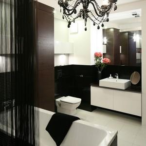 Pomysł usytuowania salonu kąpielowego w środku sypialni od początku był kontrowersyjny. Teraz stanowi o wytworności i luksusie tego mieszkania. Fot. Bartosz Jarosz.