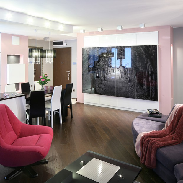 Salon glamour: kobiece mieszkanie w pudrowym kolorze