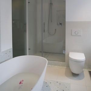 W saloniku kąpielowym nie zabrakło także kabiny prysznicowej – bez tradycyjnego brodzika, za to z odpływem zamontowanym w posadzce. Zestaw natryskowy z oferty firmy Fantini. Fot. Marcin Onufryjuk.