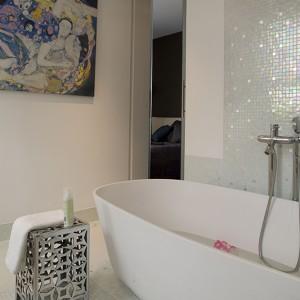 Obecność dziewcząt z obrazu Gustawa Klimta (kopia w formie nadruku na płótnie z kolekcji pani domu) jest tu jak najbardziej uzasadniona – przecież to łazienka kobieca! Obraz stanowi jedyną dekorację urządzonego z zamierzonym umiarem i prostotą wnętrza. Fot. Marcin Onufryjuk.
