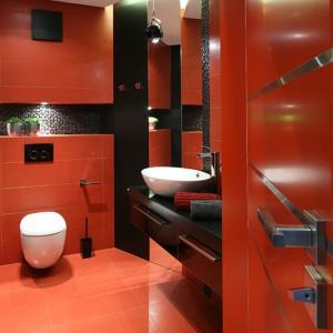 Energetyzujący czerwony kolor w łazience pobudza i pozytywnie nastraja porannych śpiochów! Fot. Bartosz Jarosz.