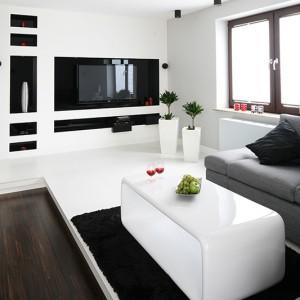 Salon zaaranzowano w czerni i bieli. Meble lakierowane na wysoki połysk to najmodniejszy trend ostatnich sezonów. Fot. Bartosz Jarosz.