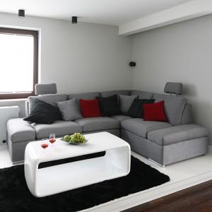 Aneks wypoczynkowy tworzą tak naprawdę trzy przedmioty: narożnik, stolik i dywan. To doskonale dobrane trio. Fot. Bartosz Jarosz.