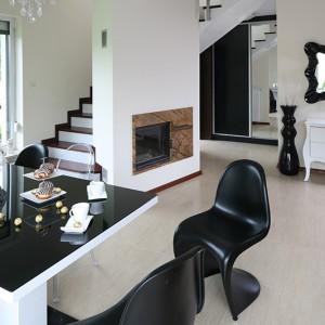 W strefie jadalni gości design; wokół stołu modne krzesła słynnych projektantów, nad stołem – strojny, kryształowy żyrandol. Fot. Bartosz Jarosz.