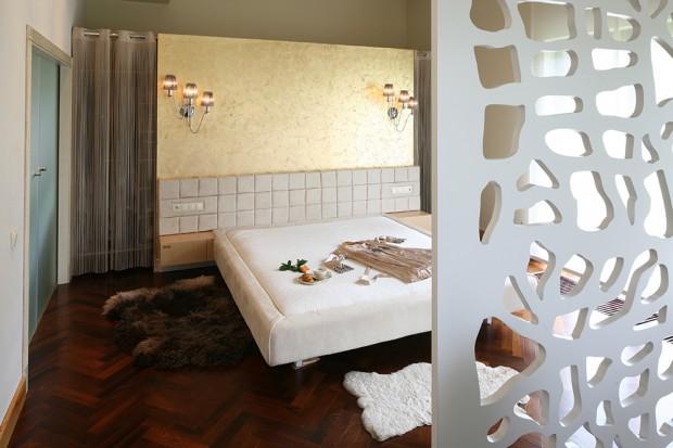 Złota ściana w sypialni: luksusowy i subtelny wystrój