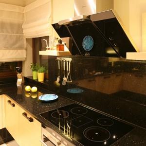 Zabezpieczenie ściany w strefie gotowania płytą granitową zapewnia otwartej kuchni nienaganny i efektowny wygląd. Fot. Bartosz Jarosz.