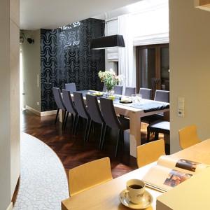 W domu dla rodziny nie mogło zabraknąć dużego stołu; przy tym może zasiąść wspólnie 12 osób. Fot. Bartosz Jarosz.