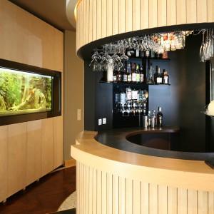 Ten bar ma charakter. Podobnie jak strefa wokół baru, także dzięki imponujących rozmiarów akwarium, które umieszczono w obudowanej szafkami ścianie działowej. Fot. Bartosz Jarosz.