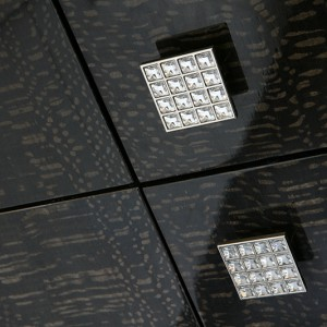 Wysadzane kryształkami Swarovskiego piękne i efektowne uchwyty podkreślają elegancję frontów. Fot. Bartosz Jarosz.