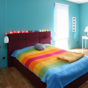 Ręcznie robiona narzuta na łóżku w sypialni jest kolorystycznie dopasowane do wszystkich innych elementów. Pasuje też do poduchy z filcu. Fot. Bartosz Jarosz.