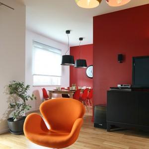 Salon jest otwarty na jadalnię. Od kuchni oddziela go ścianka z pustaka ceramicznego. Fot. Bartosz Jarosz.