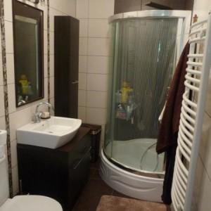 """8-kosmonia. """"Maleńka (2 x 3)łazienka, w której każdy centymetr staraliśmy się wykorzystać do maksimum. Brązy i beże dodają jej przyjemnego ciepła""""."""