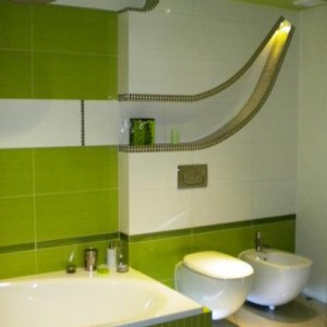 """22-bolanka. """"Ideą łazienki było uzyskanie atmosfery SPA poprzez kolorystykę i odpowiednie zastosowanie oświetlenia. Użyto wyłącznie lamp ledowych, jako że łazienka jest częścią konsekwentnie ekologicznego domu. Zarówno ogrzewanie podłogowe, jak i grzejnik - suszarka oraz ciepła woda wykorzystują energię pompy cieplnej""""."""