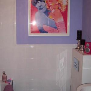 """25-olalem. """"Candy bathroom… inspiracją do aranżacji mojego klaustrofobicznego 3-metrowego """"salonu kąpielowego"""", który w stanie tzw. deweloperskim wywoływał u mnie dreszcze były dwie Dziewczyny o wszystkomówiących imionach, Marlene i Marilyn. Pewnego grudniowego wieczoru, szperając w sieci celem poznania dotychczas niezgłębionego świata blogów wnętrzarskich zobaczyłam plakat… Zachłysnęłam się, od pierwszej chwili poczułam magiczną więź z Dziewczynami, bo tak jak ja… KOCHAJĄ ŁYSYCH…"""""""
