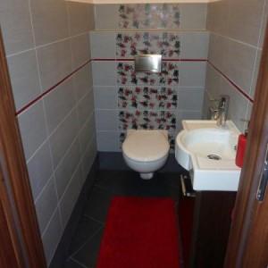 """38-spinka911. """"Moja łazienka i ubikacja świeżo po remoncie - ze względu na małe rozmiary (mieszkanie w bloku) przy projektowaniu patrzyłam przede wszystkim funkcjonalnośc tych pomieszczeń. Mimo tego że nie są one jeszcze wykończone (brakuje mebli od stolarza i przeróżnych dodatków) postanowiłam się trochę pochwalić bo cieszę się że remont wreszcie się zakończył :)"""""""