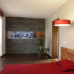 Ściana została wyłożona płytami gresowymi, imitującymi łupek w kolorze antracytowym (Zirconio) oraz dekoracyjnymi elementami z drewna jabłoni indyjskiej. Fot. Bartosz Jarosz.