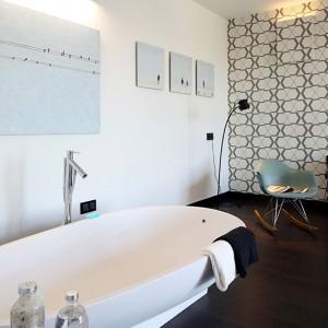 Sypialnia jest na tyle duża, że bez problemu można w niej było wydzielić  miejsce na mini-salon kąpielowy z wygodną wanną (Agape). Fot. Bartosz Jarosz.
