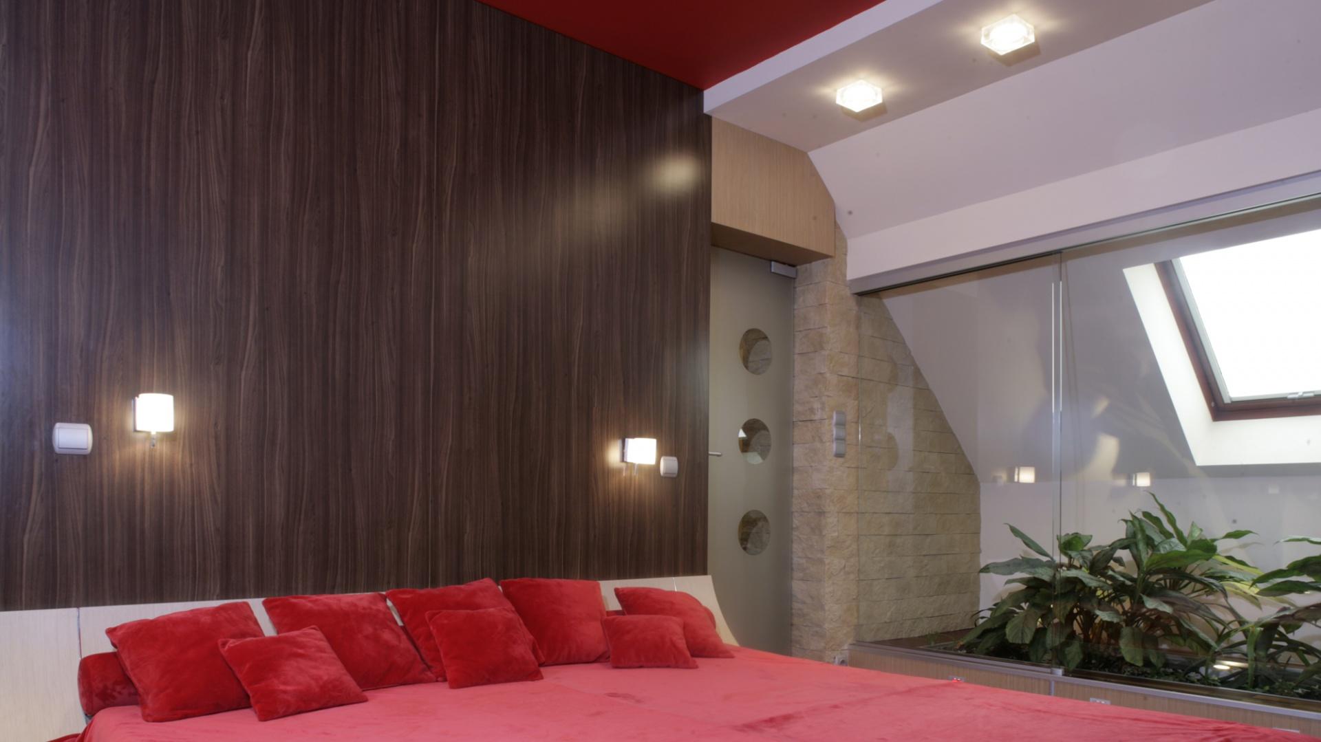 Świeże kwiaty i gorąca, zmysłowa czerwień - oto coś dla osób, lubiących się w łóżku trochę dłużej   powylegiwać i śnić o przyjemnych rzeczach. Zwłaszcza w tak imponującym rozmiarami i urodą łóżku! Fot. Monika Filipiuk.