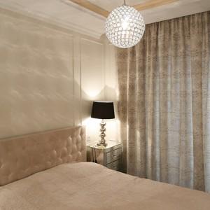 Eleganckie, tapicerowane wezgłowie łóżka  doskonale dopasowano do sztukaterii użytej na ścianach, która nie tylko ociepliła wnętrze. Fot. Bartosz Jarosz.