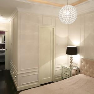 W sypialni wygospodarowano miejsce na dużą, pojemną garderobę, dzięki czemu nic nie pozostaje na widoku. Fot. Bartosz Jarosz.