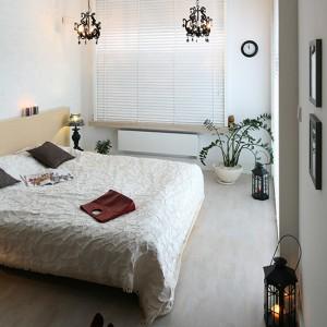 W jasnej, przestronnej sypialni pojawiły się ciemne dodatki w stylu glamour. Fot. Bartosz Jarosz.