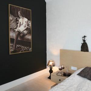 Niezwykle charakterystycznym elementem sypialni są też owiane lekką nutką erotyzmu zdjęcia kobiet. Fot. Bartosz Jarosz.