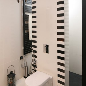 Nie ma tu tradycyjnej kabiny. Natrysk zainstalowany jest we wnęce prysznicowej, a brodzik zastąpił odpływ w posadzce. Fot. Bartosz Jarosz.