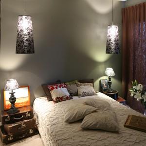 Pokój gościnny jest miejscem nawiązujący do rodzinnych wspomnień Moniki i Jarka. Jego wyposażenie stanowi szafa, otrzymana od babci, stare łóżko i obrazy pełne historii. Fot. Bartosz Jarosz.