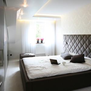 W sypialni znajduje się jedynie duże łóżko i niewielka toaletka z lustrem. Wszystkie niezbędne rzeczy przeniesione są do dużej garderoby, zlokalizowanej tuż obok i bezpośrednio sąsiadującej z pralnią. Fot. Bartosz Jarosz.