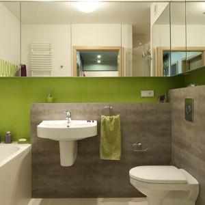 """Stonowane, szare płytki gresowe z serii """"Habitat Gris"""" firmy Halcon, doskonale ożywiają szkło na ścianach, hartowane i malowane od spodu na soczysty zielony kolor. Duet idealny! Fot. Bartosz Jarosz."""