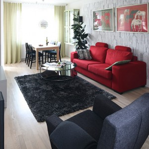 Jadalnia znajduje się w salonie. Zaakcentowano ją wprowadzając – w tej części wnętrza – kolor zielony, perfekcyjnie łączący się z całą mozaiką innych barw. Fot. Bartosz Jarosz.
