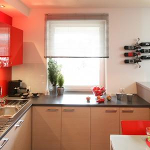 Kuchnia jest przestronna i bardzo jasna. To zasługa zarówno dużego okna, jak również intensywnej  i ciepłej kolorystyki. Fot. Bartosz Jarosz.