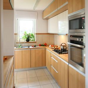 Przestronna, pełna światła kuchnia jest równie reprezentacyjna jak salon. Można tu gotować i jednocześnie pozostawać w kontakcie z osobami spędzającymi czas w części wypoczynkowej. Fot. Bartosz Jarosz.