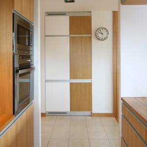 Lodówkę (Whirlpool) ze względów zarówno funkcjonalnych, jak i estetycznych przeniesiono z kuchni do korytarza. W tym celu wykorzystano istniejącą wnękę po szafie garderobianej. Takie rozwiązanie świetnie się sprawdza. Fot. Bartosz Jarosz.
