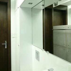 Meble wykonane są według indywidualnego projektu, na bazie frontów kuchennych foliowanych IKEA ABSTRAKT. Ich wysokość została zintegrowana z wysokością sufitu podwieszanego nad wanną tak, żeby utworzyć półkę  dla oświetlenia liniowego pośredniego. Fot. Bartosz Jarosz.