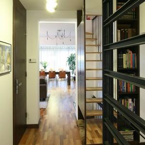 Podłogę w całym domu pokrywają panele, produkowane na bazie portugalskiego korka marki Wicanders (o gr. 8 mm). Fot. Bartosz Jarosz.