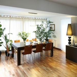 Jadalnia z dużym stołem (Meble Potocki), idealnym dla pięcioosobowej rodziny, znajduje się w salonie. Obie przestrzenie płynnie się przenikają, tworząc wspólną strefę dzienną, również pod względem stylistycznym. Fot. Bartosz Jarosz.