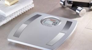 Dzięki niej możesz codziennie kontrolować swoją wagę, a nawet poznać zawartość tłuszczu i wody w organizmie. Niektóre modele mają także wbudowany zegar i termometr, a nawet opcję, która umożliwia zmierzenie... wzrostu.