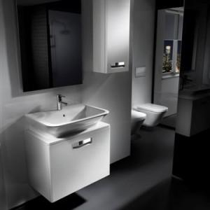 KATEGORIA PRZESTRZEŃ ŁAZIENKI. Seria mebli łazienkowych Gap/Roca. Nowoczesna propozycja zarówno do dużych salonów łazienkowych, jak i łazienek o niewielkich rozmiarach. Proste i oszczędne w formie meble serii Gap idealnie współgrają z bogatą ofertą umywalek. Gładkie kształty ułatwiają utrzymanie mebli w czystości, a samodomykające się mechanizmy podnoszą komfort użytkowania. Dystrybutor: Roca Polska Sp. z o.o., www.roca.pl