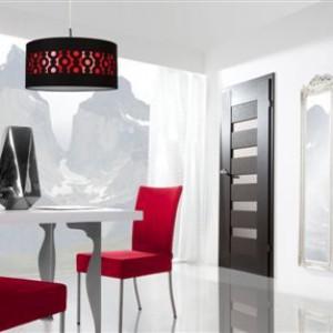 KATEGORIA DRZWI: Drzwi Sempre Fiori/Pol-Skone. Drzwi wewnętrzne z florystycznym dekorem inspirowanym stylami z poprzednich epok. Stylistyka drzwi - dla kontrastu - utrzymana w minimalistycznej formie. Dzięki temu świetnie sprawdzą się w pomieszczeniach o eklektycznym charakterze. Producent: Pol –Skone Sp. z o.o., www.pol-skone.pl