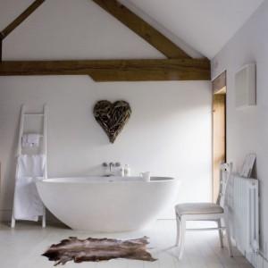 Wolno stojąca wanna w sypialni od zawsze była naszym marzeniem – przyznaje Fiona. Nowoczesny kształt wanny jest zamierzonym kontrastem dla rustykalnych elementów sypialni. Fot. Poly Eltes/Narratives.