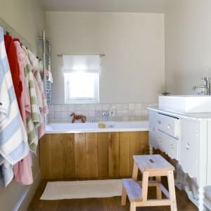 Łazienka to zgrabne połączenie ciepłego naturalnego drewna i łagodnej bieli. Uroku dodaje jej rzeźbiona szafka podumywalkowa. Fot. Poly Eltes/Narratives.